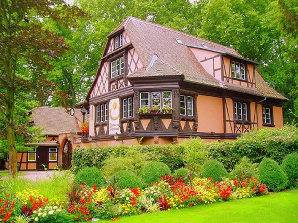 Beautiful-home-with-European-garden-590x442