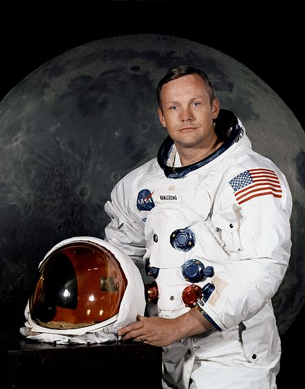 440px-Neil_Armstrong_pose